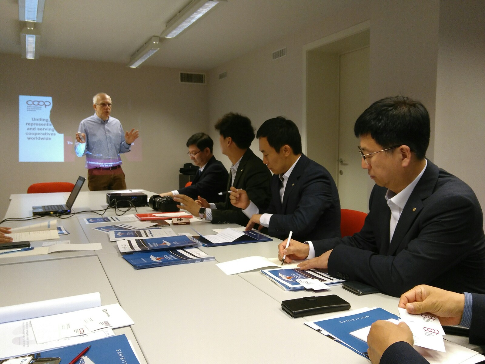 Korean cooperative leaders at the Cooperative House in Brussels